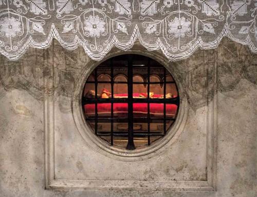 Relikwia  trudnej do identyfikacji kości w nastawie ołtarzowej kościoła San Saba