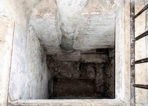 Santa Sabina, nawa boczna, pozostałości antycznej posadzki i fragment kolumny z dawnego domu Sabiny