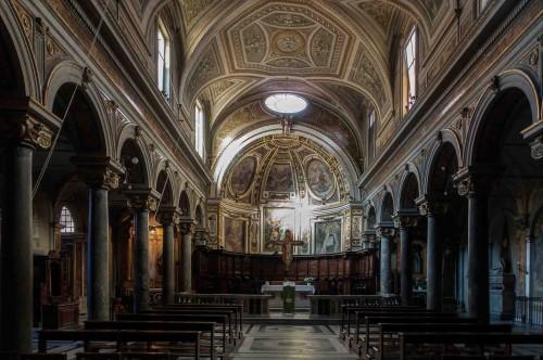 Kościół San Stefano del Cacco z ołtarzem głównym ukazującym ukamienowanie św. Szczepana