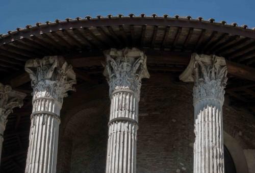 Świątynia Herkulesa, korynckie kapitele kolumn okalających celę
