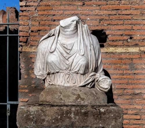 Fragment posągu jednej z westalek w atrium domu westalek przy świątyni Westy