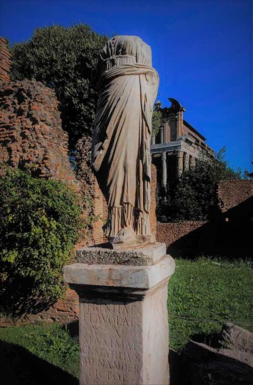 Posąg jednej z westalek w atrium domu westalek przy świątyni Westy