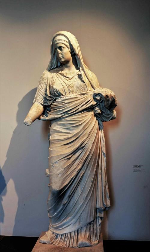Posąg jednej z westalek z atrium domu westalek przy świątyni Westy, Museo Palatino
