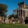 Atrium domu westalek przy świątyni Westy, w tle dawna świątynia Faustyny i Antonina Piusa