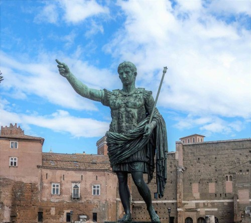 Via dei Fori Imperiali, posąg cesarza Augusta zdobiący ongiś via dell'Impero
