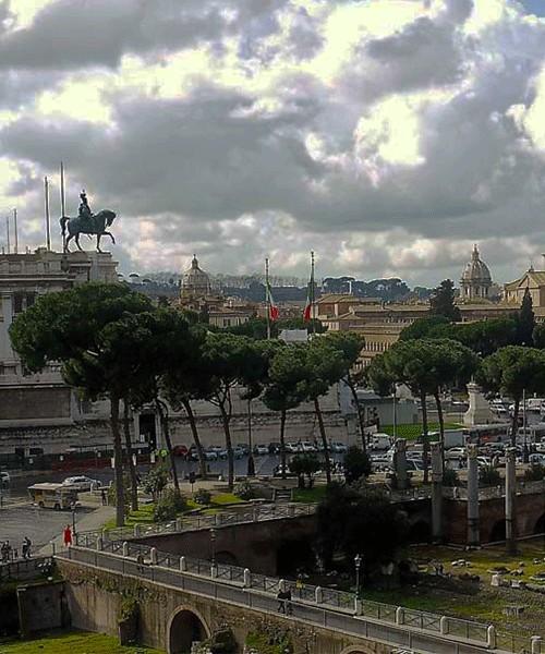 Via dei Fori Imperiali, widok z forum Trajana, Ołtarz Ojczyzny (po lewej), kolumna Trajana (po prawej)