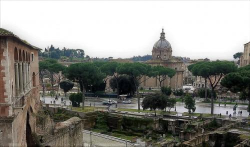 Via dei Fori Imperiali, widok z forum Trajana, w tle kościół Santi Luca e Martina