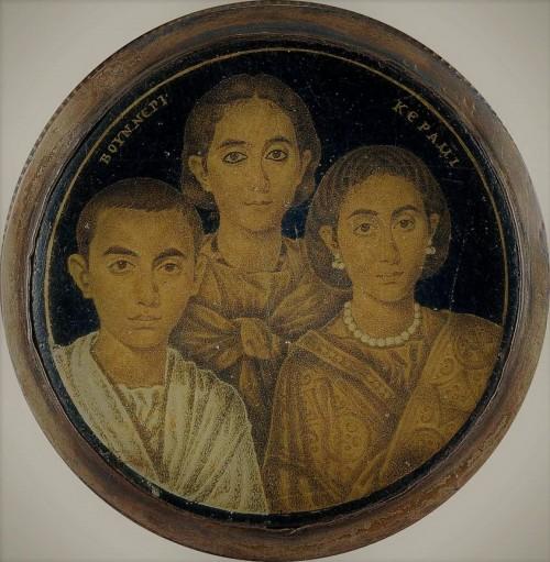 Domniemany  portret Galli Placydii (po prawej) z córką Honorią i synem, miniatura na szkle, Museo di Santa Giulia, Brescia, zdj. Wikipedia