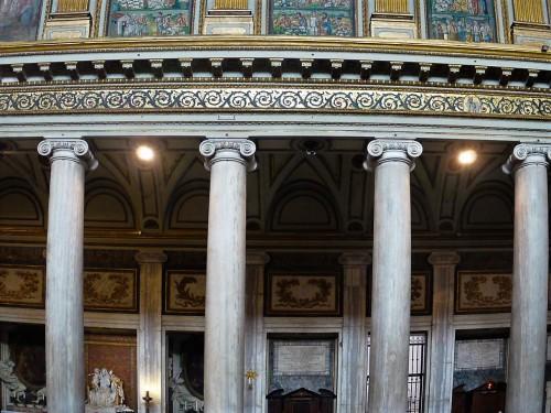 Bazylika Santa Maria Maggiore, mozaiki nawy głównej, architraw i rząd jońskich kolumn