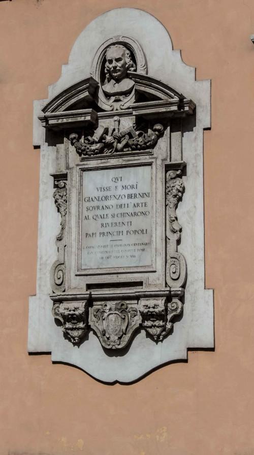 Tablica upamiętniająca dom, w którym mieszkał Bernini (obok kościoła Sant'Andrea delle Fratte)