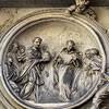 Antonio Raggi, medalion w nadprożu ukazujący uchylającego się od godności papieskiej Filipa Benicjusza, kościół San Marcello