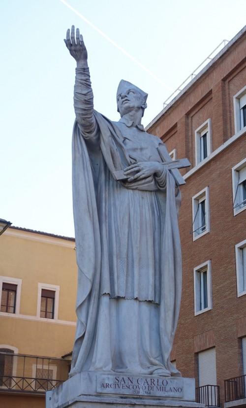 Posąg Karola Boromeusza obok absydy kościoła San Carlo al Corso