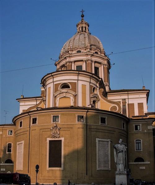 Posąg św. Karola Boromeusza na tle absydy kościoła San Carlo al Corso