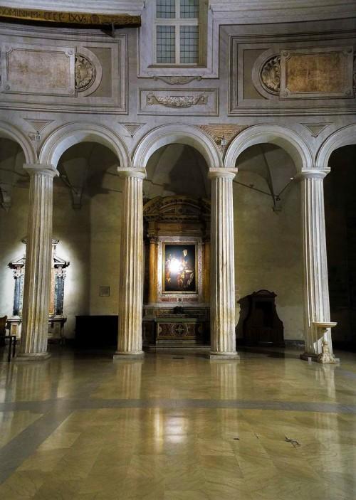 San Pietro in Vincoli, rząd doryckich kolumn z V w., w tle ołtarz św. Augustyna