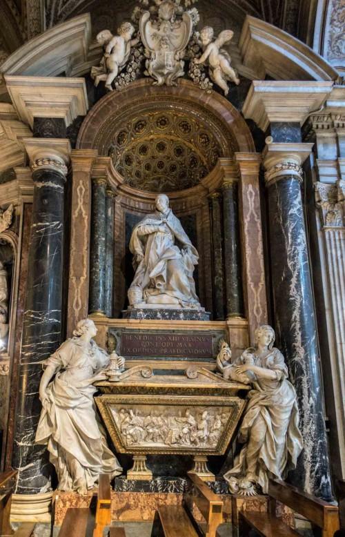 Nagrobek papieża Benedykta XIII, alegoria Religii (po prawej) i figura papieża - Pietro Bracci, bazylika Santa Maria sopra Minerva