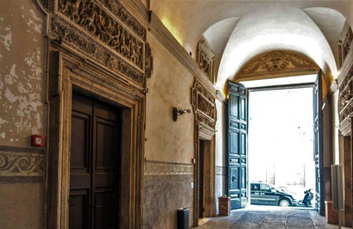 Palazzo Mattei di Giove, widok na jedną z bram wejściowych pałacu