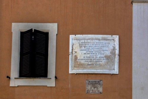 Piazza della Rotonda, tablica upamiętniająca wyłożenie placu drewnem argentyńskim