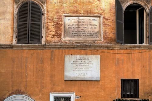 Piazza della Rotonda, tablice upamiętniające Lodovica Ariosta i Pietra Mascagniego