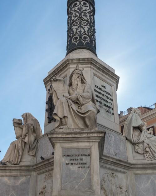 Kolumna Niepokalanego Poczęcia, posąg Mojżesza (Ignazio Jacometti), po bokach Ezechiel i Dawid
