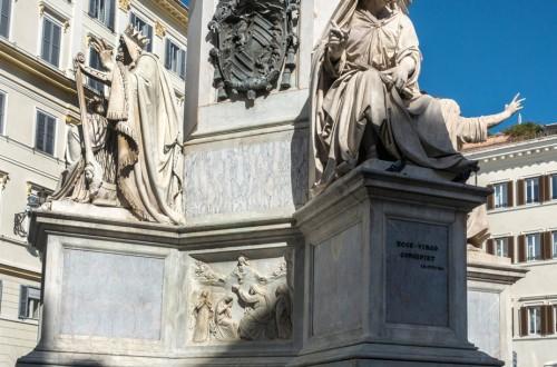 Kolumna Niepokalanego Poczęcia, posągi Dawida (Adamo Tadolini) i Izajasza (Salvatore Revèlli) oraz herb papieski