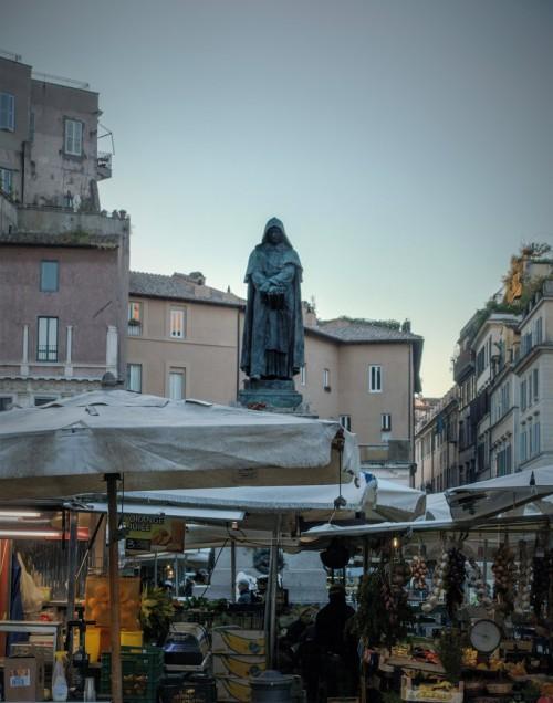 Pomnik Giordana Bruna na Campo de'Fiori o poranku