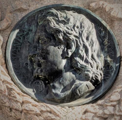 Pomnik Giordana Bruna, medalion z wizerunkiem L. Vaniniego i ledwie widoczną miniaturą M. Lutra