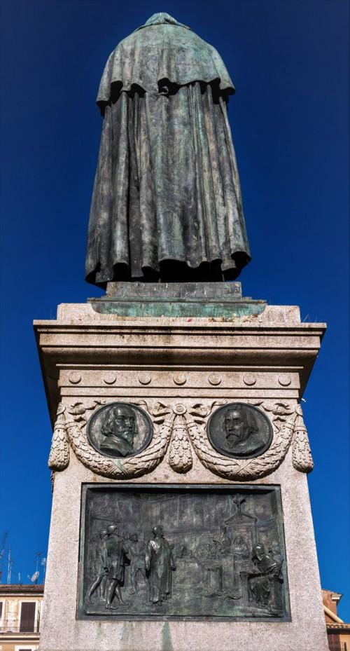 Pomnik Giordana Bruna, na cokole scena ukazująca filozofa przed inkwizycją