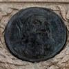 Pomnik Giordana Bruna, medaliony z wizerunkiem J. Wycliffe'a i J. Husa