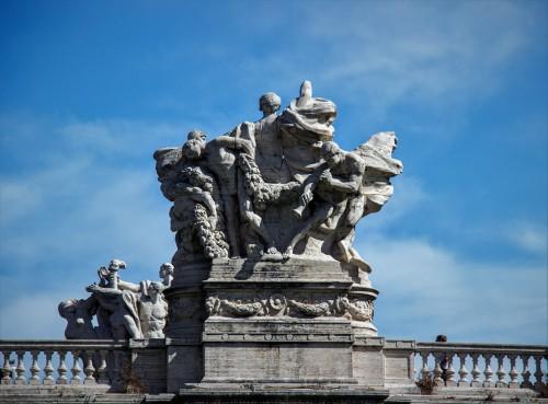 Ponte Vittorio Emanuele II - jedna z alegorycznych grup zdobiących most widziana od strony Tybru