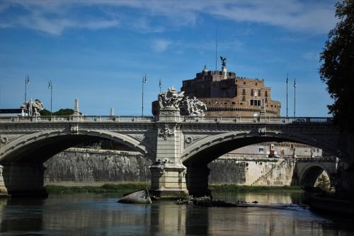 Ponte Vittorio Emanuele II widziany z perspektywy Tybru