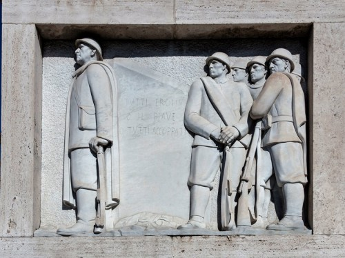 Ponte Duca d'Aosta, scene depicting the struggle of Italian soldiers during World War I