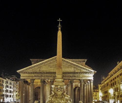 Obelisk Macuteo na tle Panteonu