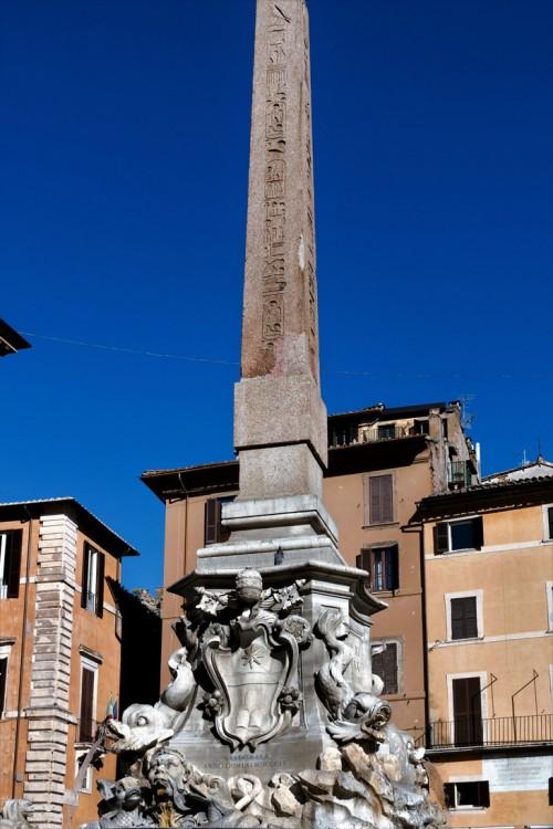 Obelisk Macuteo wieńczący fontannę na Piazza della Rotonda
