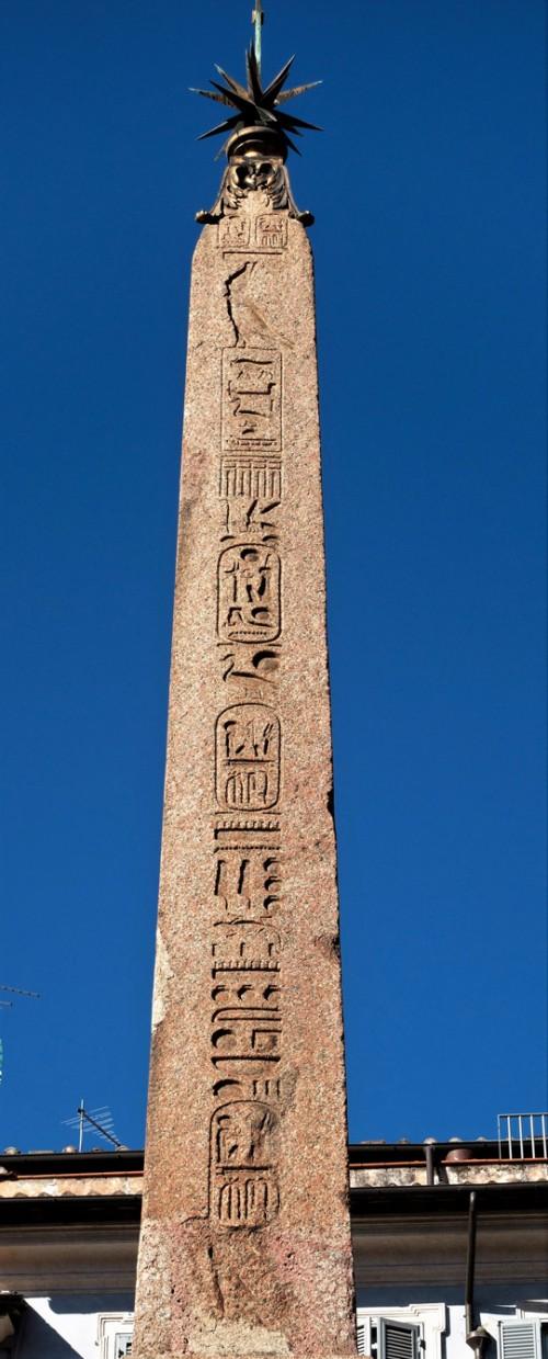Obelisk Macuteo zwieńczony krzyżem i gwiazdą Klemensa XI