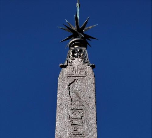 Piramidion obelisku Macuteo na Piazza della Rotonda