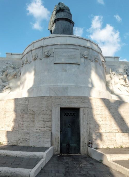 Pomnik Giuseppe Mazziniego, Ettore Ferrari, medaliony z wizerunkami bohaterów walki o zjednoczenie Włoch