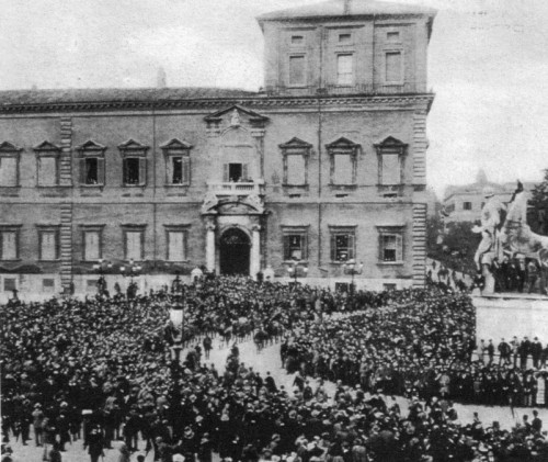 Marsz czarnych koszul przed pałacem  królewskim na Kwirynale, październik 1922 r., zdj. WIKIPEDIA