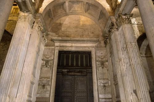 Panteon, spiżowa brama świątyni