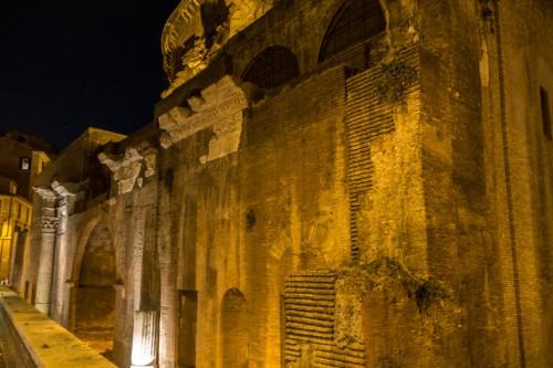 Pozostałości bazyliki Neptuna przylegającej do Panteonu