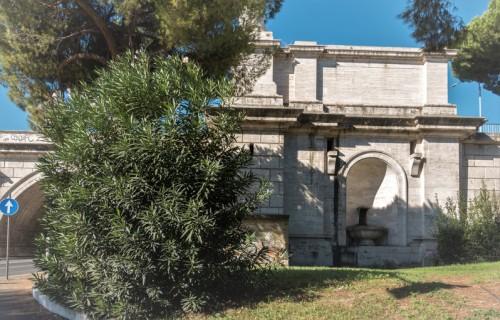 Podstawa Ponte Flaminio z dekorującą go fontanną