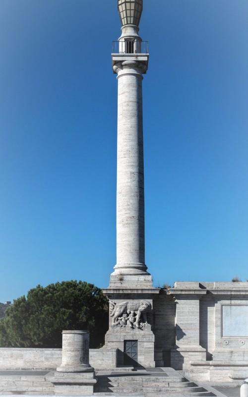 Ponte Flaminio, jedna z latarni wzorowanych na kolumnie Trajana