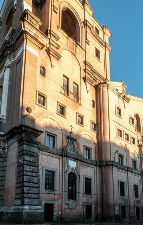 Armando Brasini, Buon Pastore, fasada boczna głównego budynku prowadzącego do kompleksu