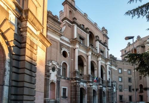 Armando Brasini, Buon Pastore, fasada z wejściem do kompleksu