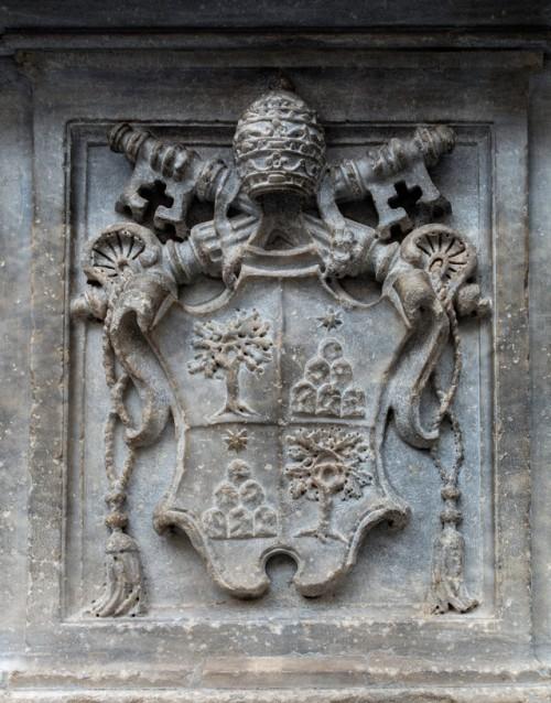 Obelisk Minerveo, herb papieża Aleksandra VII z rodu Chigi