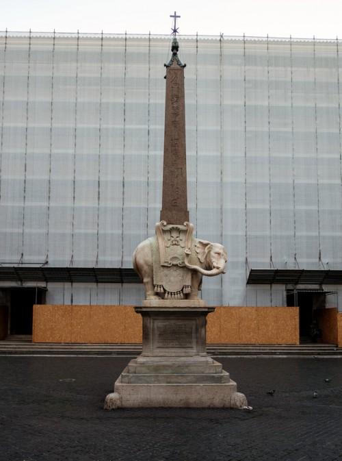 Obelisk Minerveo przed zasłoniętą fasadą bazyliki Santa Maria sopra Minerva