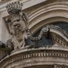 Sant'Andrea al Quirinale, dekoracje wejścia głównego z emblematem papieża Innocentego X z rodu Pamphilj
