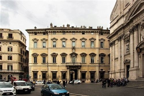 Palazzo Altieri (część wejściowa) i  kościół Il Gesù (po prawej)
