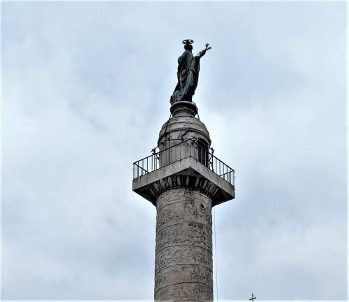 Posąg św. Piotra wieńczący kolumnę Trajana