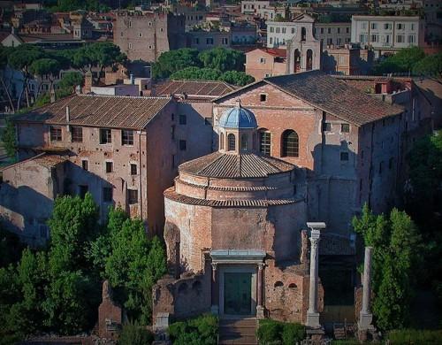 Santi Cosma e Damiano, widok z Palatynu - dwa antyczne budynki, z których we wczesnym średniowieczu powstał kościół