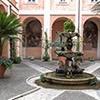 Santi Cosma e Damiano, dziedziniec klasztorny z barokową fontanną